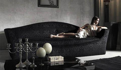 черный диван в интерьере