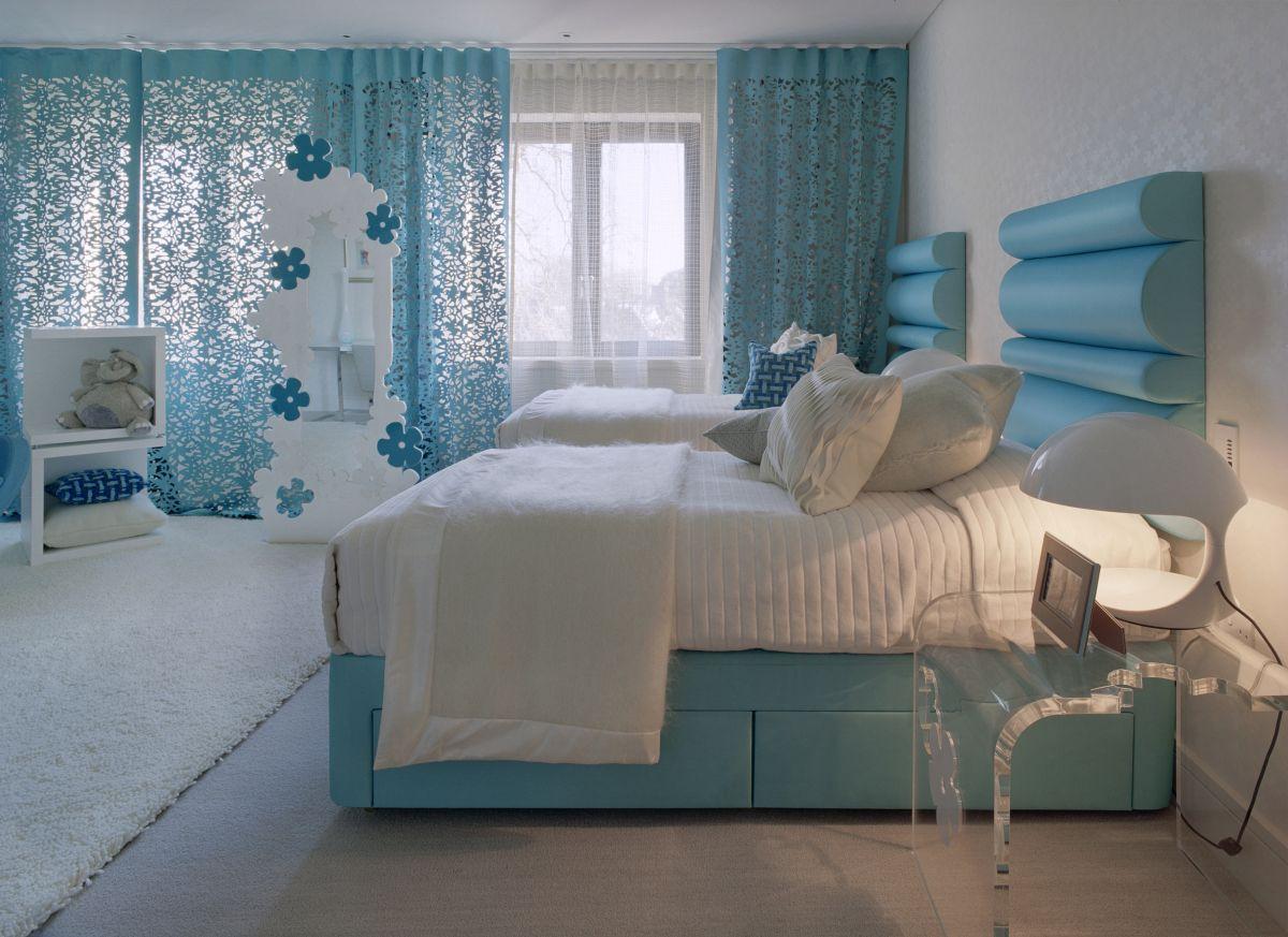 Голубые шторы в интерьере