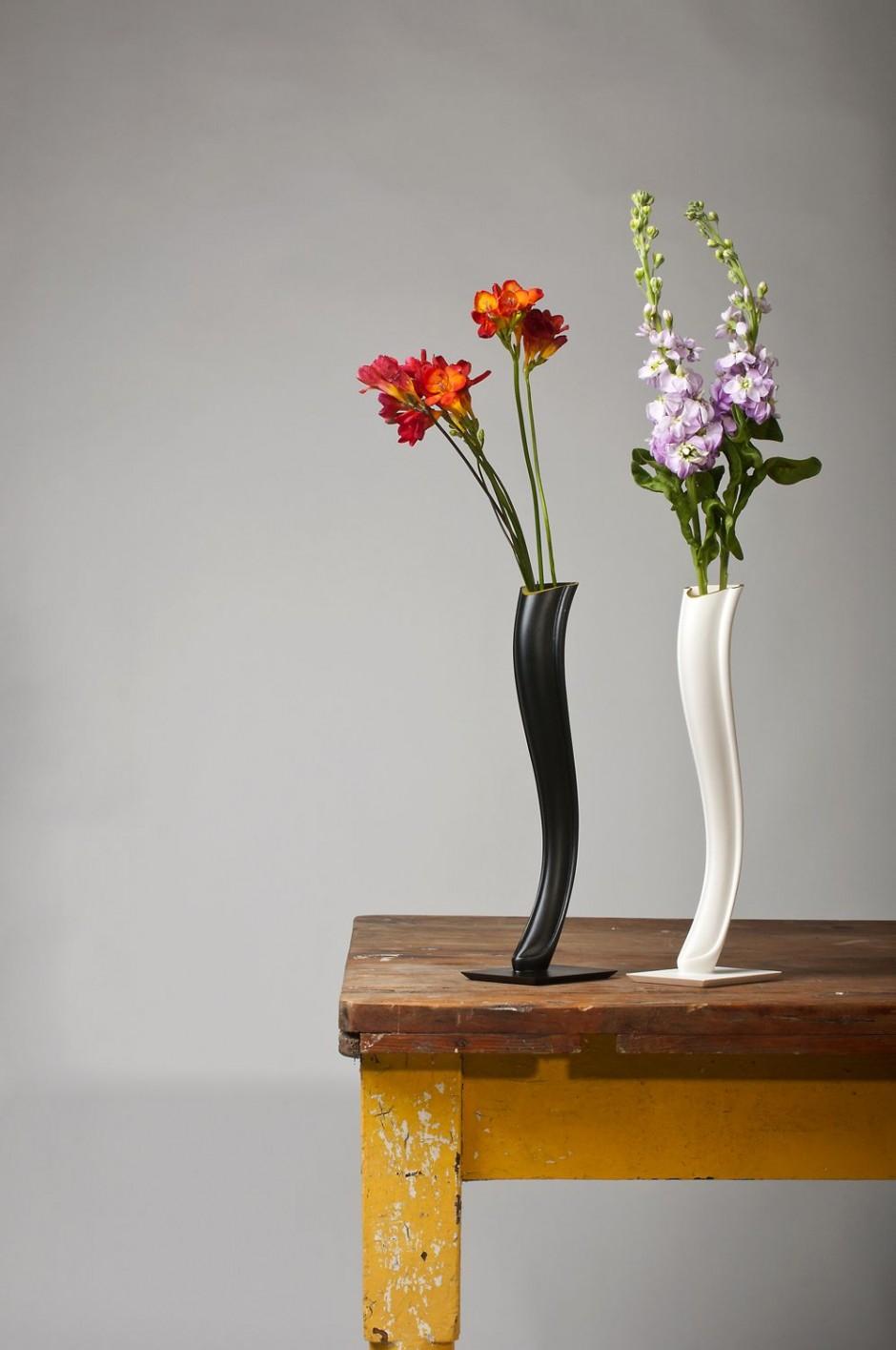 Декоративная ваза с цветами фото