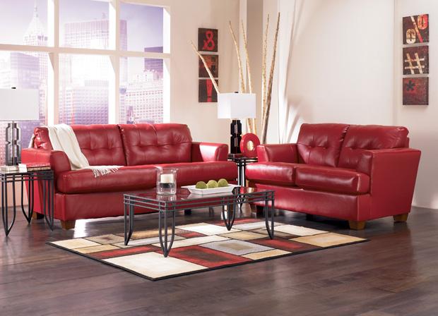 интерьер с красным диваном