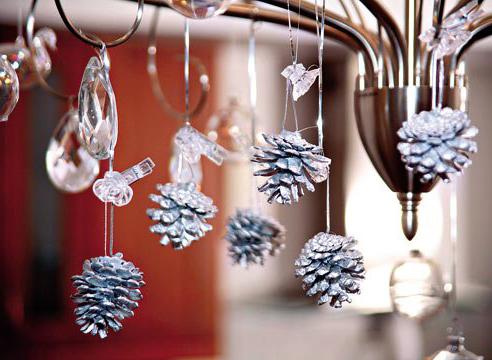 Украшение люстры на Новый год с помощью шишек