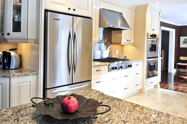 холодильник металлического цвета