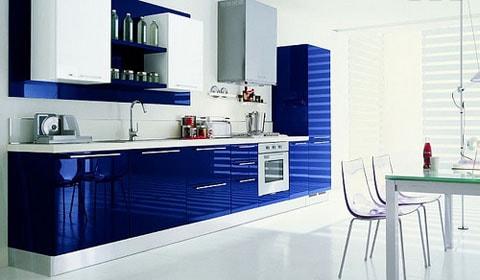 синяя мебель на кухне