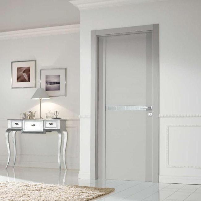 Серые двери и белые стены в интерьере