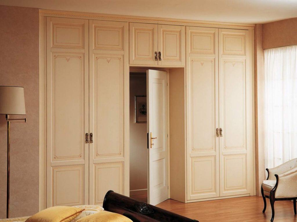 shkaf-vokrug-dveri