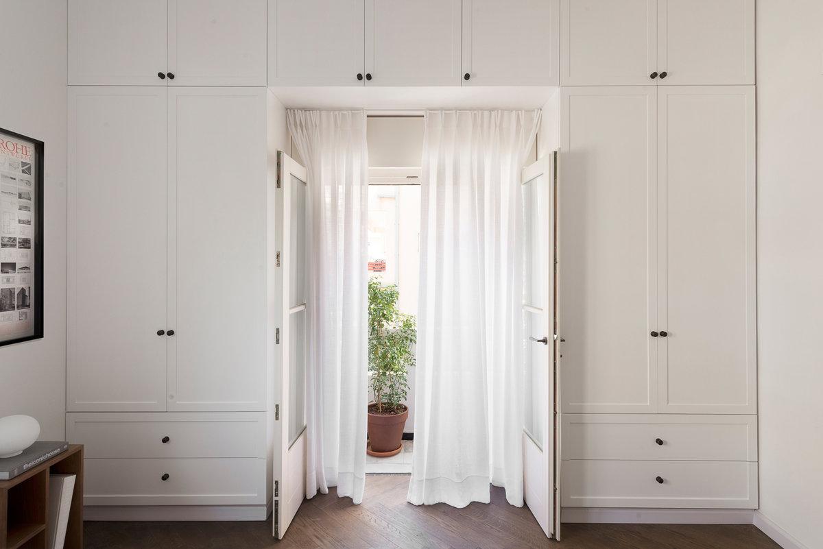 шкаф по бокам от двери